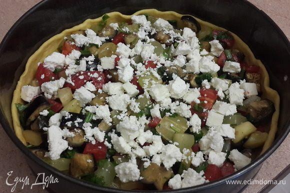 Выкладываем в форму наши овощи, сверху брынзу (можно заменить фетой, адыгеским сыром или смешать несколько сортов).