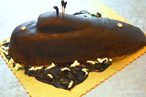 Далее остаются уже детали. Море я делала из леденцов, растопила их и сформировала волны, пену нарисовала айсингом. Вот такой мой первый фигурный торт.