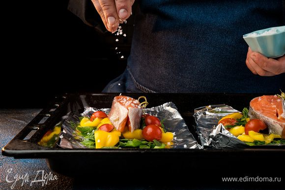 Болгарский перец нарезать мелким кубиком, черри разрезать на половинки, крупно нарезать шпинат. Подготовить два листа фольги. На одну половину выложить шпинат с болгарским перцем.