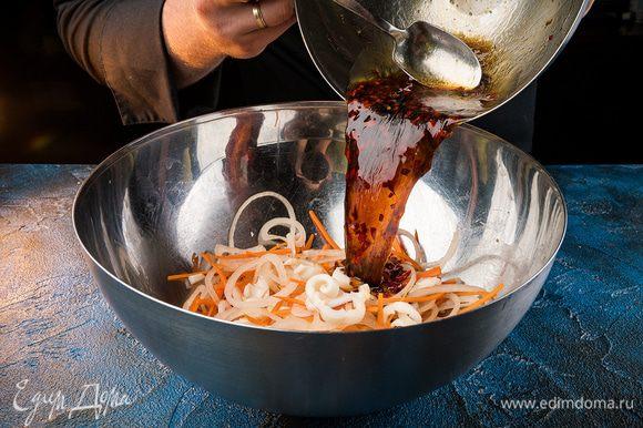 Соединить кальмар с овощами, добавить чеснок. Дать настояться 2 — 3 часа. Перед подачей посыпать кунжутными семечками.