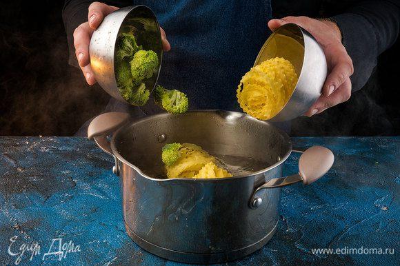 Разделить брокколи на соцветия и отварить вместе с пастой в кипящей подсоленной воде около 11 мин.