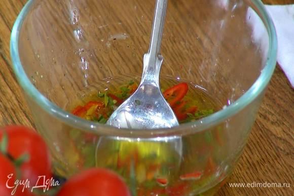 Приготовить соус: нарезанный перец чили полить соком лайма, добавить гималайскую соль, смесь перца, сахарную пудру, оливковое масло, измельченный руками майоран и растертый чеснок, все перемешать.