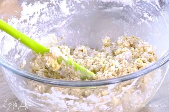 Белки взбить в пышную массу и в два-три приема ввести в тесто, каждый раз перемешивая.