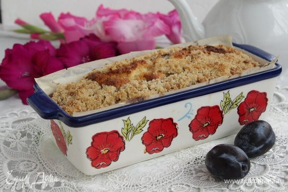 Поставить форму с кексом в разогретую до 180°С духовку и выпекать до сухой спички, около 45 — 50 минут.