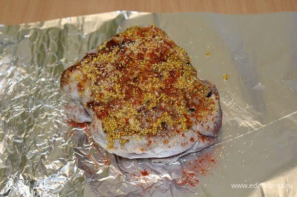Выложить мясо на фольгу, смазать смесью меда, горчицы, паприки и сушеного чеснока.