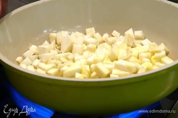 Разогреть в сковороде 2 ст. ложки оливкового масла и сливочное масло и обжарить нарезанный сельдерей.