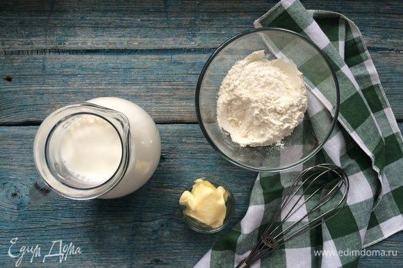 Поставьте сотейник со сливочным маслом, мукой и молоком на огонь.