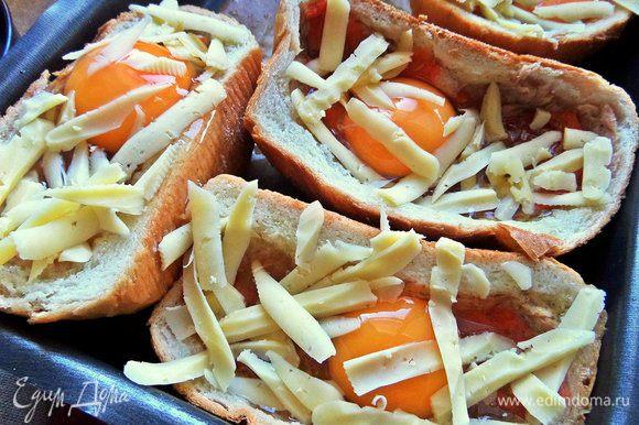 Насыпать сыр по ложке в порцию.