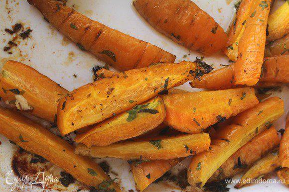 20 минут пролетели незаметно. Достаем нашу морковь и добавляем брынзу/фету.