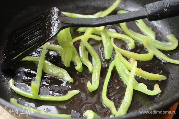 Удалите из перца семечки и перегородки, разрежьте на тонкие ломтики и также обжарьте до полуготовности на кунжутном масле Biolio.