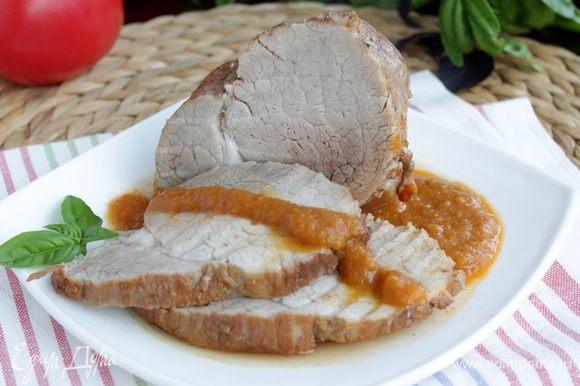 Нарезать горячее нежное мясо на кусочки и полить овощным соусом.