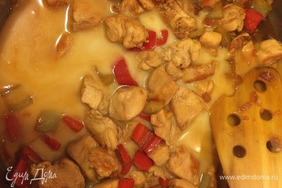 Добавить к курице, перемешать и тушить 2 — 3 минуты до загустения.