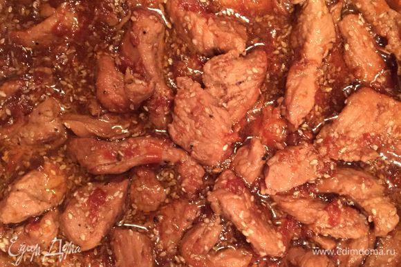 По истечении времени добавить в сковороду мед. Когда он расплавится, всыпать кунжутные семечки, перемешать, тушить мин 5 — 7 до полной готовности. Подавайте индейку с рисовой или гречневой лапшой.