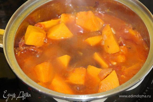 Долить кипяченной воды, бальзамик, сахар, посолить, поперчить по вкусу. Варить 10 — 15 минут до мягкости тыквы.