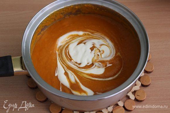 Тыквенный суп пюрировать, добавить сливки, перемешать.
