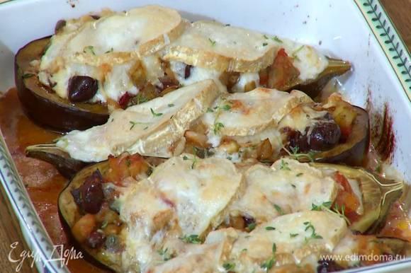 Сбрызнуть баклажаны оставшимся оливковым маслом и запекать в разогретой духовке 15 минут.