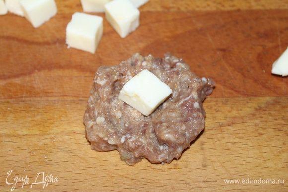 Сыр нарезать небольшими кусочками, выложить на кусочки фарша.