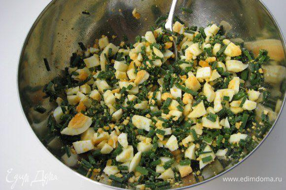 Яйца отварить вкрутую. Зеленый лук и яйца мелко нарезать, начинку посолить.