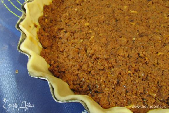 На тесто выложить томатно-мясное рагу болоньезе, разровнять по поверхности.