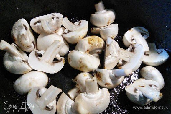 В этой же кастрюле обжарить шампиньоны, буквально 2 — 3 минуты, собирая со дна все соки, образовавшиеся от жарки мяса и выложить грибы на тарелку.