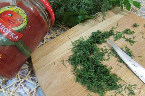 Веточки укропа помыть, обсушить, отделить зелень от стеблей и мелко нарубить.