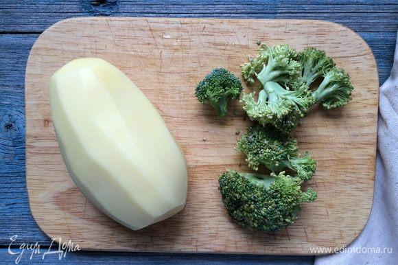 Картофель нарежьте и отварите в течение 15 минут, до готовности. Брокколи разделите на соцветия и добавьте к картофелю за 8 минут до готовности картофеля. Слейте воду и разомните пюре вместе со сливочным маслом, посолите и поперчите.