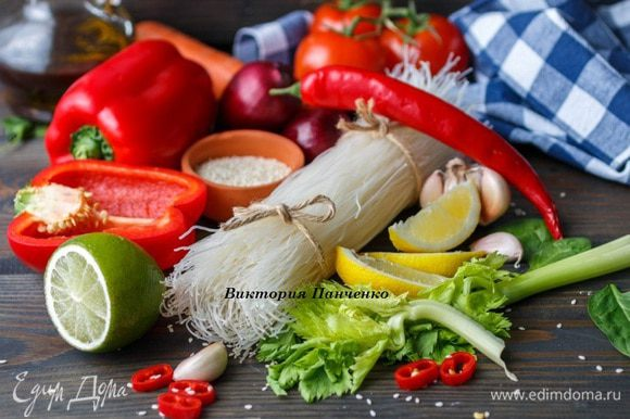 Овощи помыть и обсушить. Почистить лук и морковь, из перцев удалить семена.
