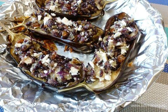 Начинить баклажановые лодочки фаршем из риса, изюма и брынзы. Отправить в духовку на 5 — 10 минут. Приятного аппетита!