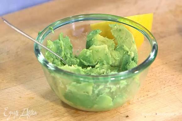 Авокадо разрезать пополам и, удалив косточку, ложкой вынуть мякоть и сбрызнуть соком лимона, затем раздавить ложкой или вилкой в пюре, посолить, поперчить и перемешать.