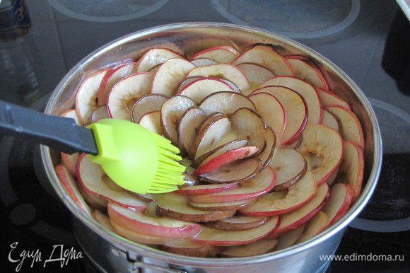 Затем пирог вынуть и быстро смазать растопленным сливочным маслом.