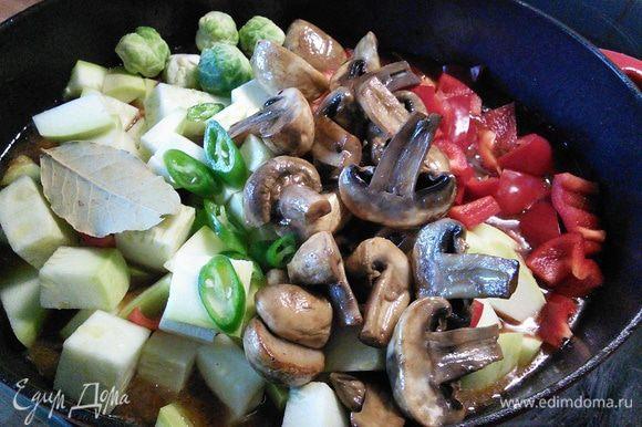 За это время готовим овощи: я нарезала их крупным кубиком. Через полтора часа добавить овощи в айнтопф, добавить лавровый лист, довести до кипения, уменьшить огонь и тушить еще 30 мин. Остроту, т. е. количество перца чили регулируйте на свой вкус.
