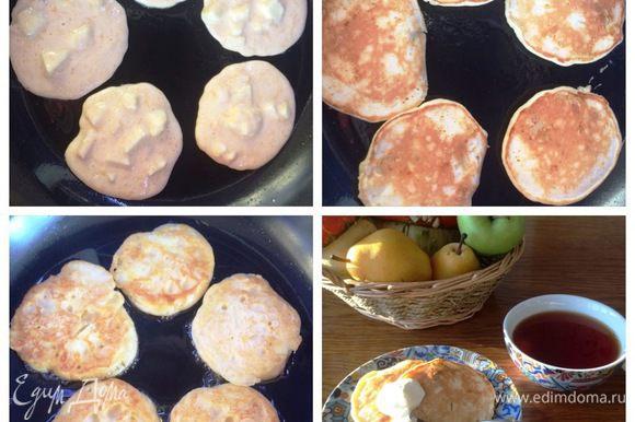 На следующее утро жарим оладьи на раскаленной сковородке с обеих сторон до готовности. Подаем с любимым вареньем, джемом или со сметаной.