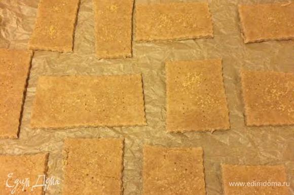 Печенье наколоть вилкой и присыпать коричневым сахаром.