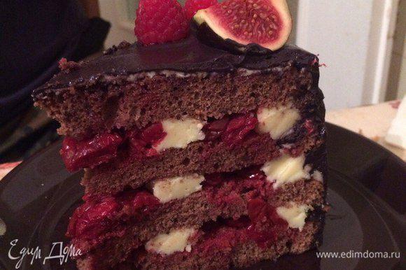 А вот такой торт в разрезе — красив и снаружи, и внутри! :) Извиняюсь за качество фото, ловила момент, пока кусок был целым :)