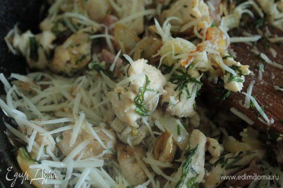 В этой же сковороде обжарить кусочки курицы, приправить ее щепоткой соли, перцем и тимьяном. Далее на этой же сковороде обжарить репчатый лук до зарумянивания. Смешать все ингредиенты начинки.