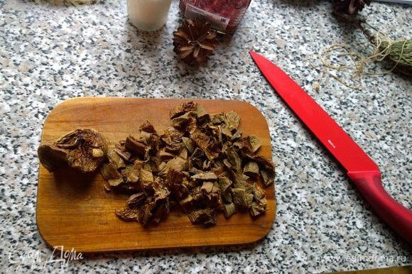 Переходим к грибам. Также нарезаем небольшими кусочками и обжариваем на оливковом масле с нарезанной головкой репчатого лука. Солим, перчим по вкусу.