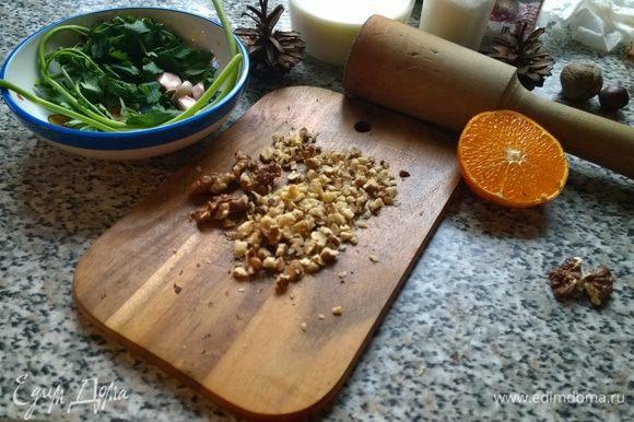 Грецкие орехи — важный и незаменимый, по моему мнению, ингредиент террина. Орехов не жалеем — режем\толчем и обжариваем с грибами.
