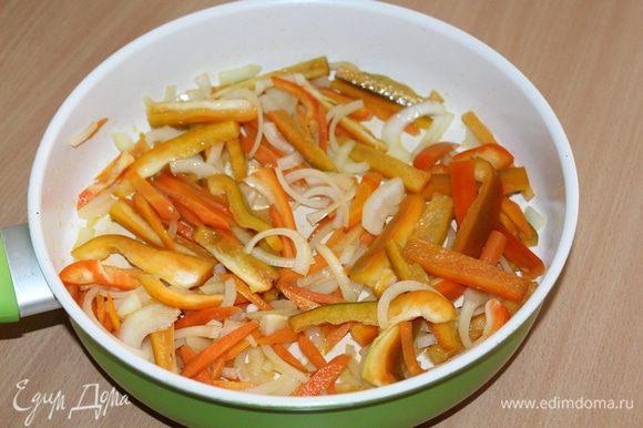 В сковороде хорошо прогреть масло, добавить нарезанный полукольцами лук, соломкой морковь и перец, жарить около 5 минут.