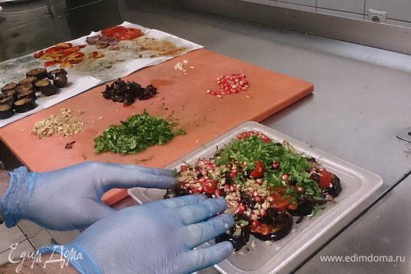 Укладываем слоями овощи, пересыпая каждый слой зеленью, чесноком, орехами, черносливом, зернами граната, и бутонами гвоздики.