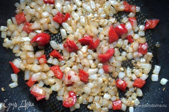 Влейте вустерширский соус и несколько ложек воды. Готовьте примерно 5-7 минут, помешивая, пока жидкость не выпариться, а овощи не карамелизируются. Приправьте тимьяном и дайте немного остыть.