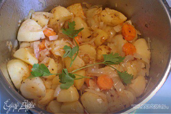 С последней закладкой картошки (если все сразу не поместилось) удаляем шкварки, обжариваем лук и перемешиваем с остальной картошкой.