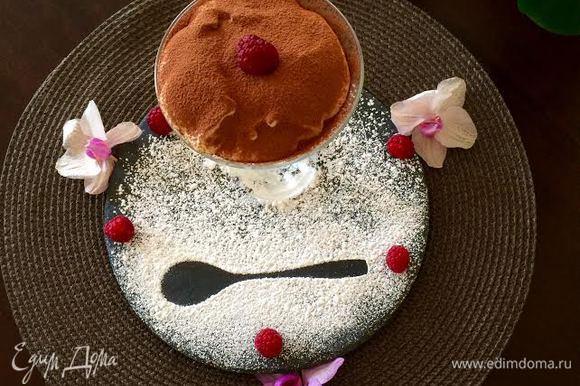 Готовый десерт посыпать какао.