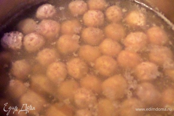 Опустить в кипяший отвар с картошкой.