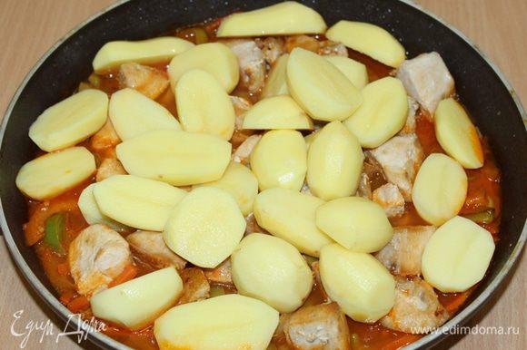 Когда курица будет почти готова, положить картофель (у меня молодой и мелкий картофель).