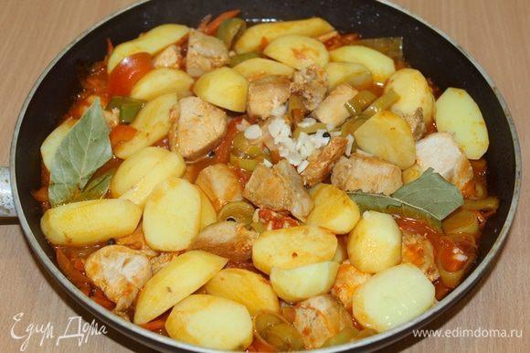 Посолить, поперчить, добавить лавровый лист, измельченный чеснок, при необходимости добавить еще немного воды, тушить до готовности картофеля.