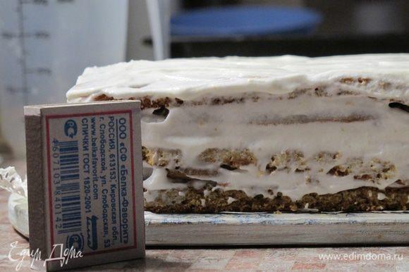 Собираем торт, промазывая коржи и боковины кремом. Поскольку коржи очень нежные и по структуре близки к бисквитным, торт не надо ничем прижимать и ставить «на пропитку». Я убираю его в холодильник только на то время, пока делаю декор.