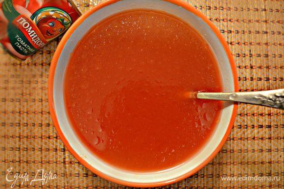 Добавить немного соли, 1 ст. л. растительного масла и перемешать.