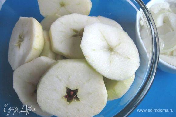 Яблоки очистить, нарезать дисками средней толщины.