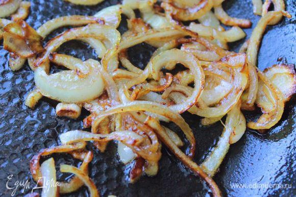 Когда лук обмякнет и станет прозрачным, добавить сахар и бальзамический уксус, довести лук до карамелизации.