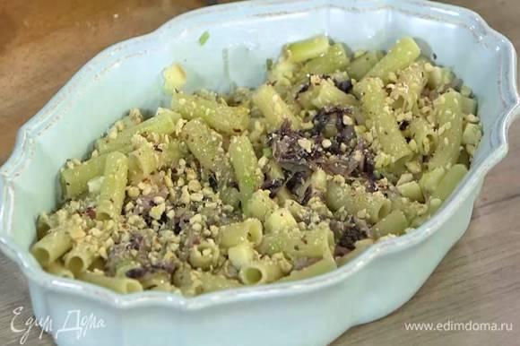 Посыпать готовую пасту сыром и орехами, сбрызнуть оливковым маслом Extra Virgin.